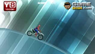 Spiderman cu motocicleta pe gheata